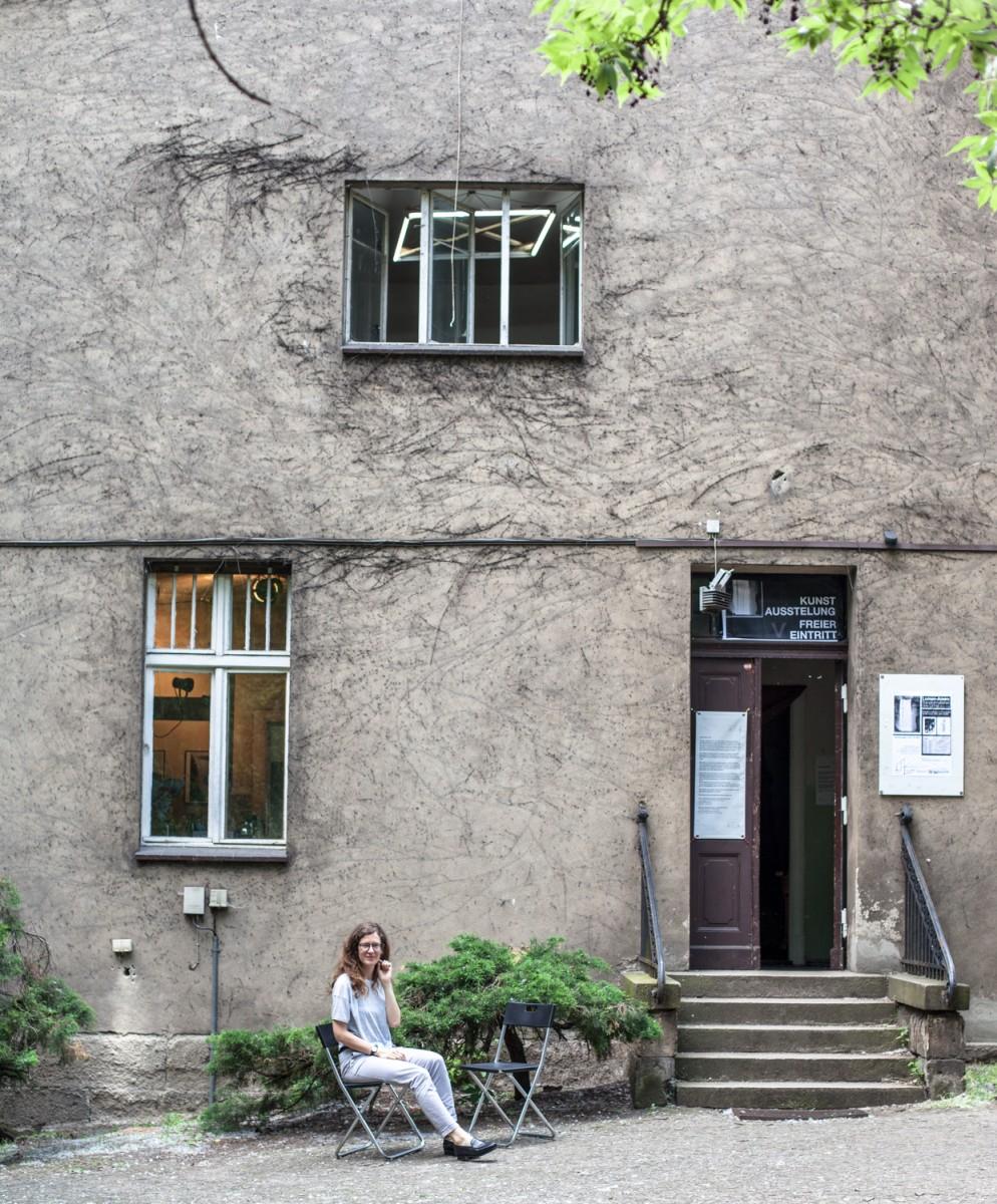 Lotte Laub vor dem Alten Verwalterhaus